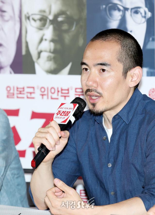 답변하는 미키 데자키 감독 (주전장 언론시사회)