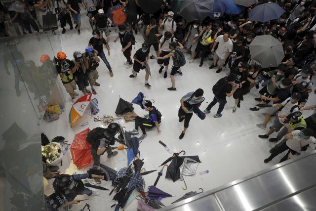 홍콩 '송환법 반대' 시위에 11만명 몰려...경찰과 충돌도