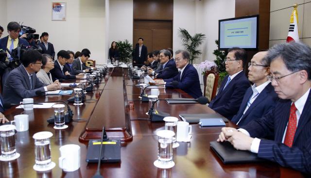 文대통령 '일본이 우리 반도체 겨냥한 것 주목하지 않을 수 없다'