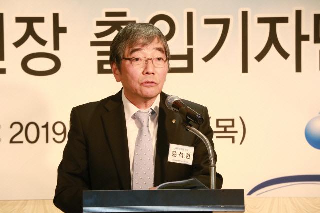 윤석헌, '은행들, 中企 어려울 때 대출 줄이지 말라'