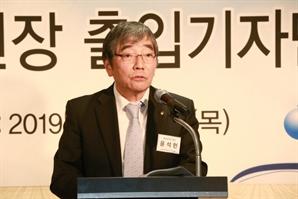 """윤석헌, """"은행들, 中企 어려울 때 대출 줄이지 말라"""""""