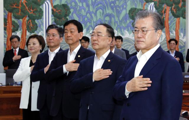 '투톱외교' 강조한 文...순방 비판 李총리 감싸기