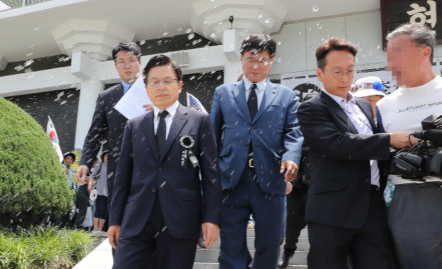 박근혜 지지자들에 물세례 받은 황교안