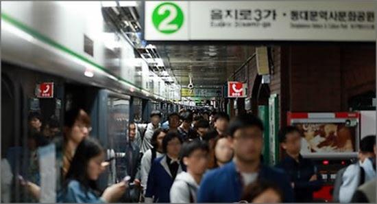 [종합]'승객 중 응급환자 발생'…서울 지하철 2호선 지연에 출근길 '혼잡'