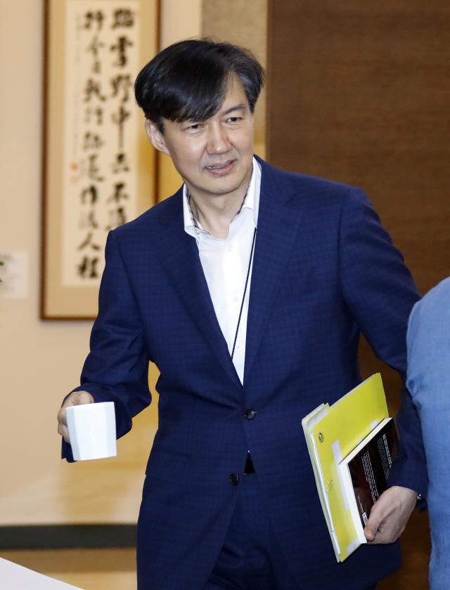 조국, '일본회의의 정체' 책 들고 靑회의 참석