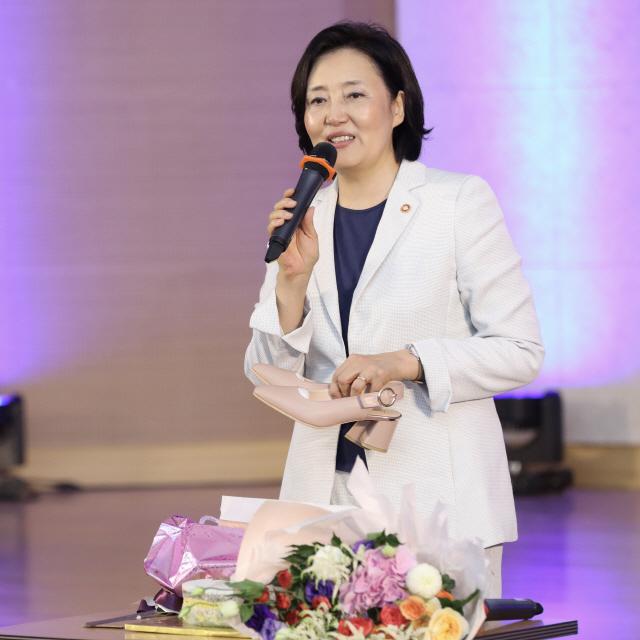 중기부 직원들 박영선 장관에 개성공단 구두 선물한 까닭은