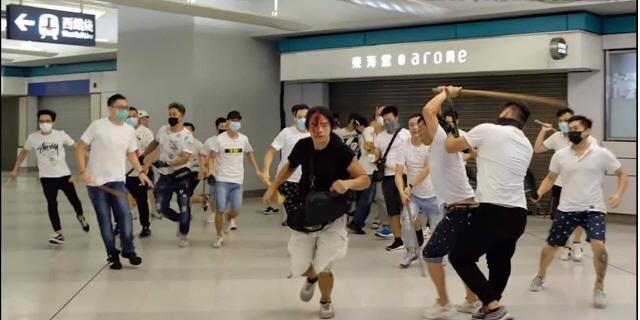 홍콩 경찰, 백색테러 남성에게 '고맙네'...폭력배와 유착설 파문