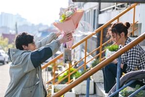 '닥터탐정' 봉태규, 박진희에 꽃다발 선물..티격태격→관계 변화?
