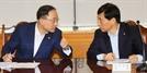 대화하는 홍남기-이주열