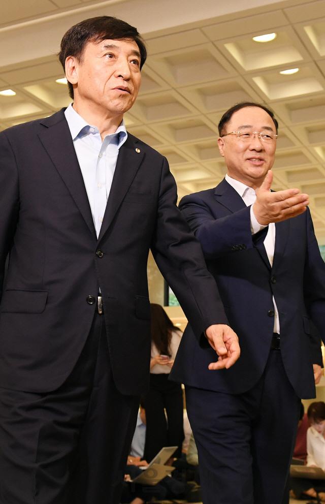 함께 걷는 홍남기-이주열