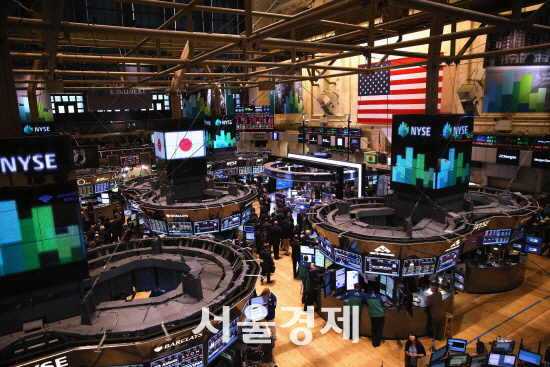 [데일리 국제금융시장] 위안화 절하우려 감소에 다우, 1.43% 상승