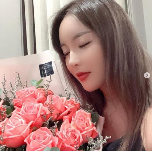 홍진영, 장미보다 아름다운 섹시美 '생일이라 더 예뻐보여'