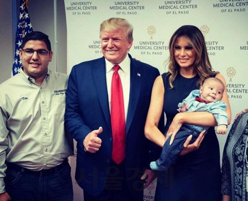 총기난사로 부모 잃은 아기 만난 트럼프, 엄지 치켜들어 논란