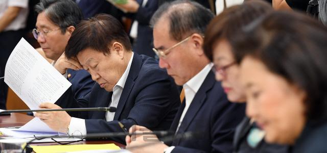 자료 살펴보는 김영주 한국무역협회장