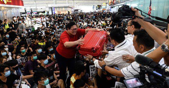 '최루액에 곤봉까지' 홍콩 공항 점거한 시위대와 경찰 난투극