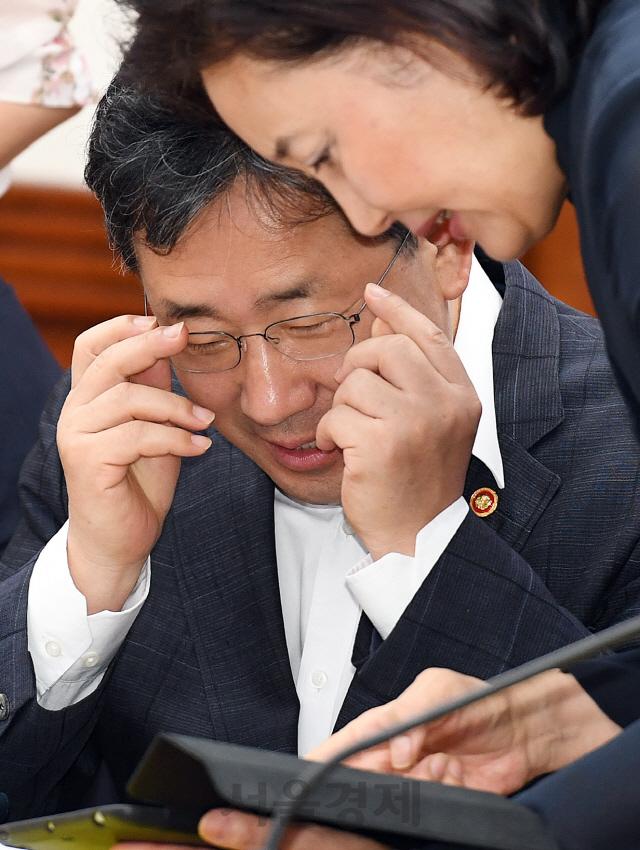 태블릿 PC 보는 박양우-박영선 장관