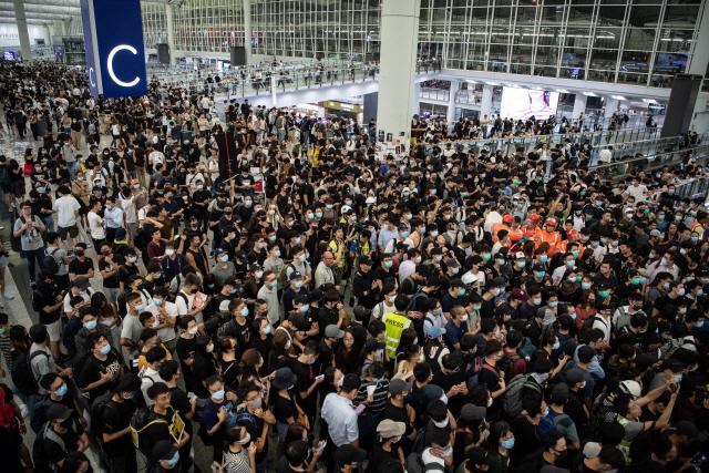 """홍콩 공항 """"업무 방해 시위대 제지 명령 받아'"""