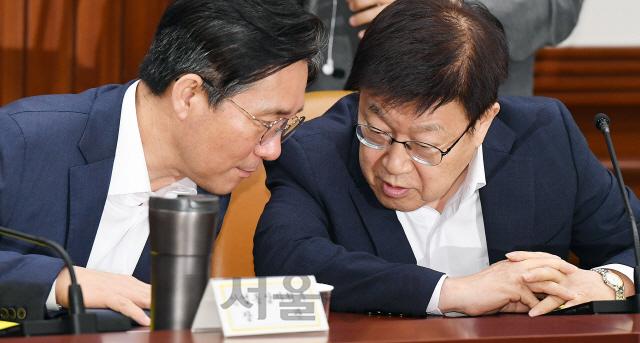 대화하는 성윤모 장관과 김영주 무역협회장