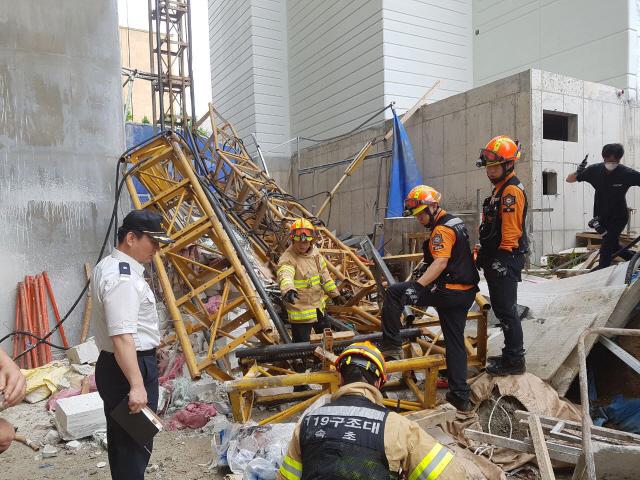 [사진]속초서 승강기 추락 사고…6명 사상