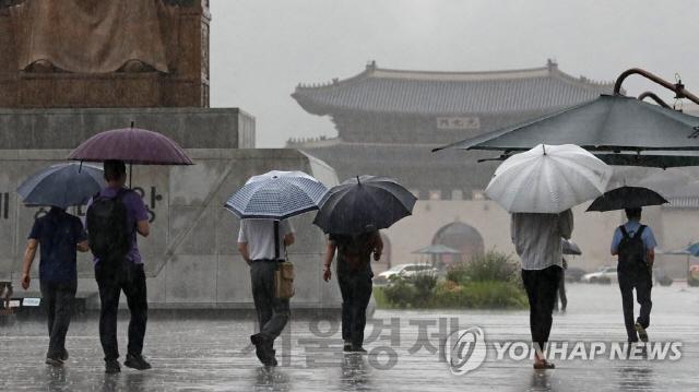[오늘날씨]'우산 챙기세요' 비오는 광복절…낮 최고 31도