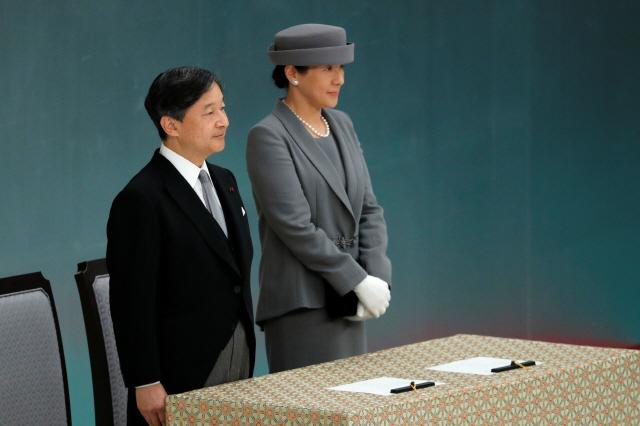 """나루히토 새 일왕 """"과거 깊은 반성""""...아베 총리는 '반성' 언급 없어"""