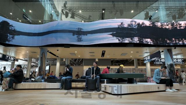 헬싱키 반타 공항 밝힌 삼성 초대형 LED 사이니지