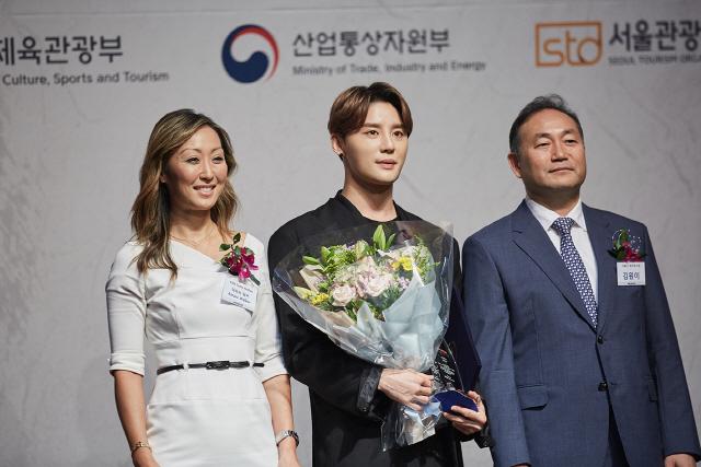 """""""김준수, '2019 한류 엑스포' 한류문화대상 수상 """"모든 뮤지컬인들과 함께 나누고 싶다"""""""