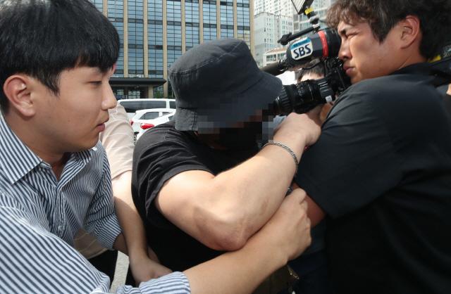 """'日여성 폭행영상' 남성 경찰조사...""""폭행한적 없어...조작돼"""" 주장"""