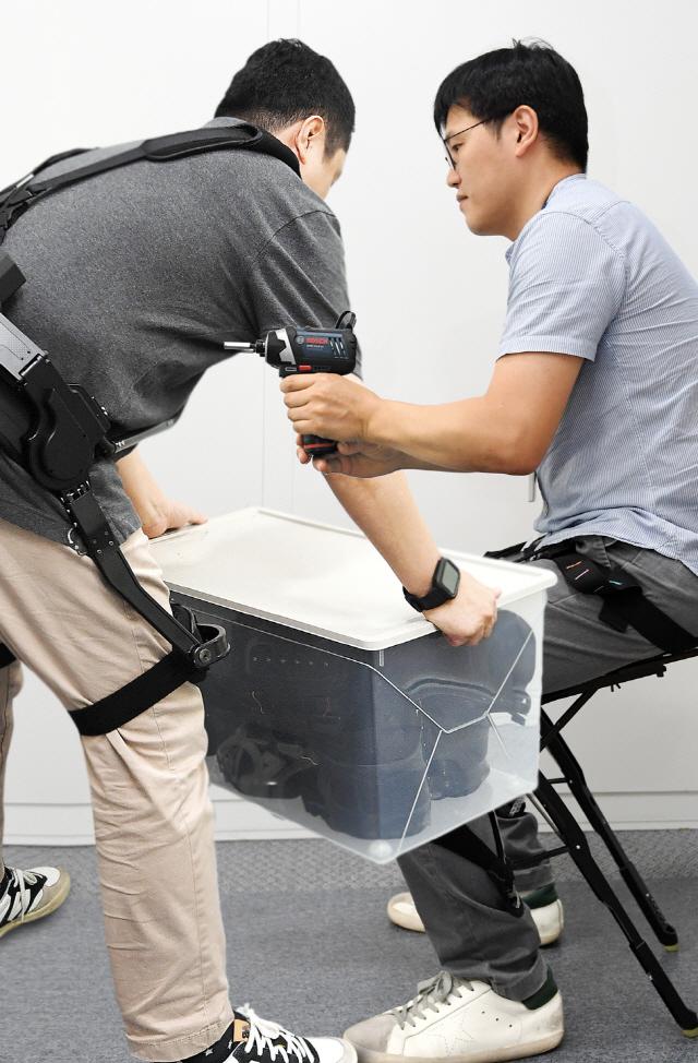 [로봇이 간다]1.5㎏ 의자로봇 입으니…쭈그려 일해도 허리 멀쩡, 생산성은 UP
