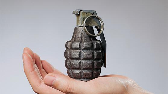'왜 대답을 안해' CJ에 모형 수류탄 던져 검거된 20대 남자