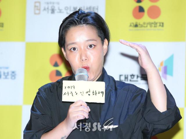 '2019 서울노인영화제' 설명하는 윤나리 프로그래머