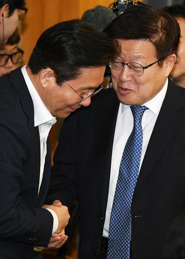 악수하는 성윤모 장관-김영주 회장