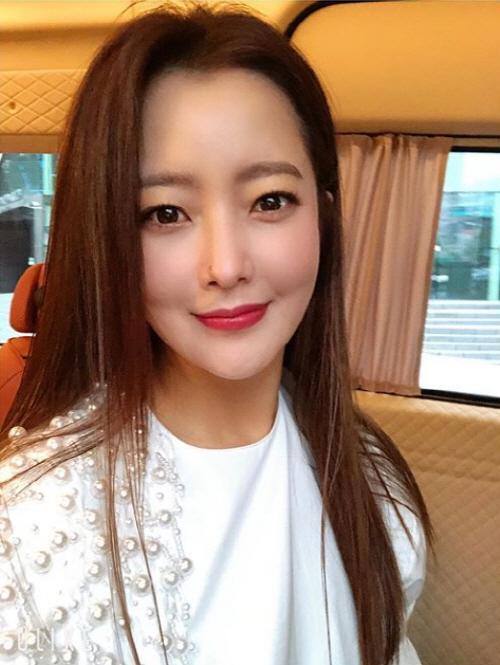김희선 '진짜 예쁘다' 고혹적 섹시美에 눈도 못 마주치겠네