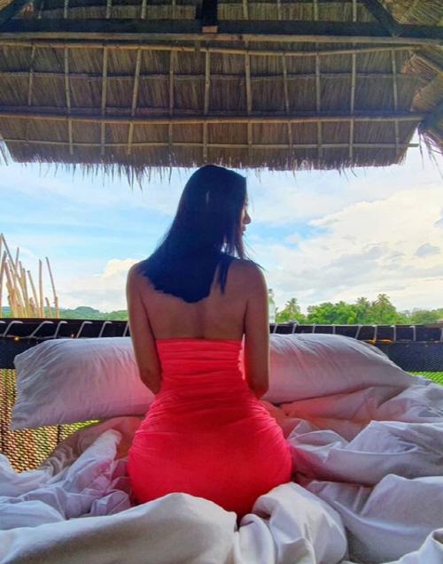 클라라 '파격' 섹시美, 태국 풍경 압도하는 핑크 절개 드레스