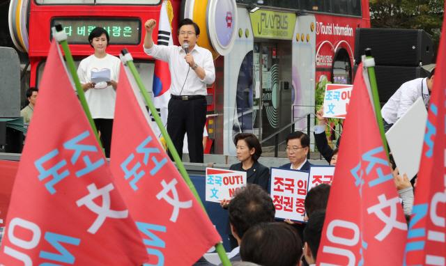 한국당 '조국파면' 장외투쟁 레이스 돌입…서명운동 진행
