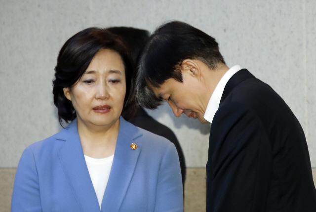 조국 '딸 의혹' KIST서 첫 국무회의 참석...靑비서관들은 '응원'