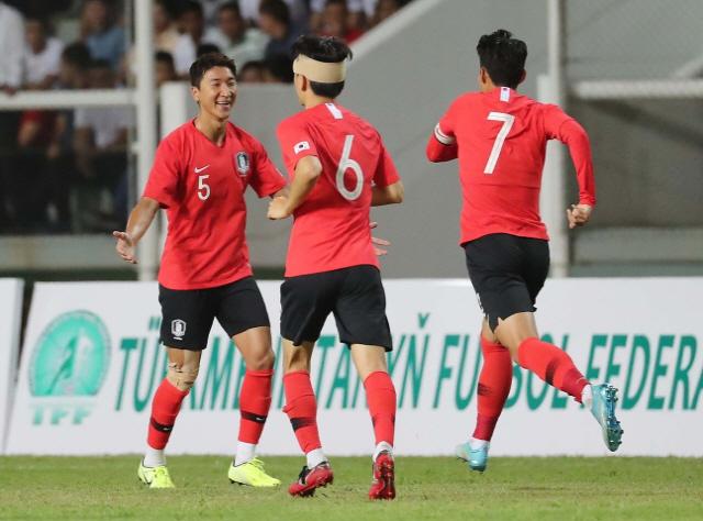 대한민국, 투르크메니스탄 꺾고 월드컵 2차 예선 첫승…김신욱 '골키퍼 넣는' 괴력 폭발