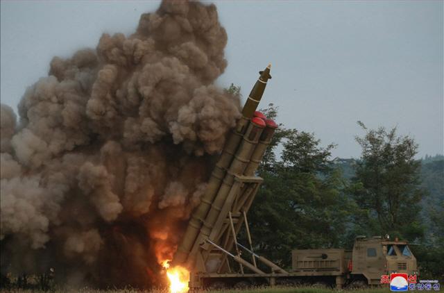 北 '김정은 지도하 초대형 방사포 시험사격'…추가시험발사 시사