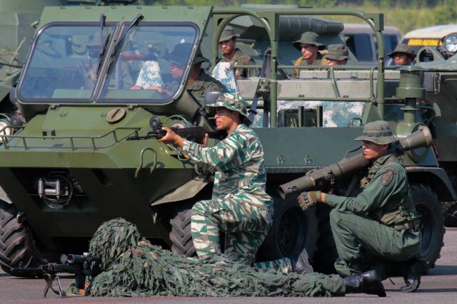 [사진] 베네수엘라軍 15만명 콜롬비아 접경 배치