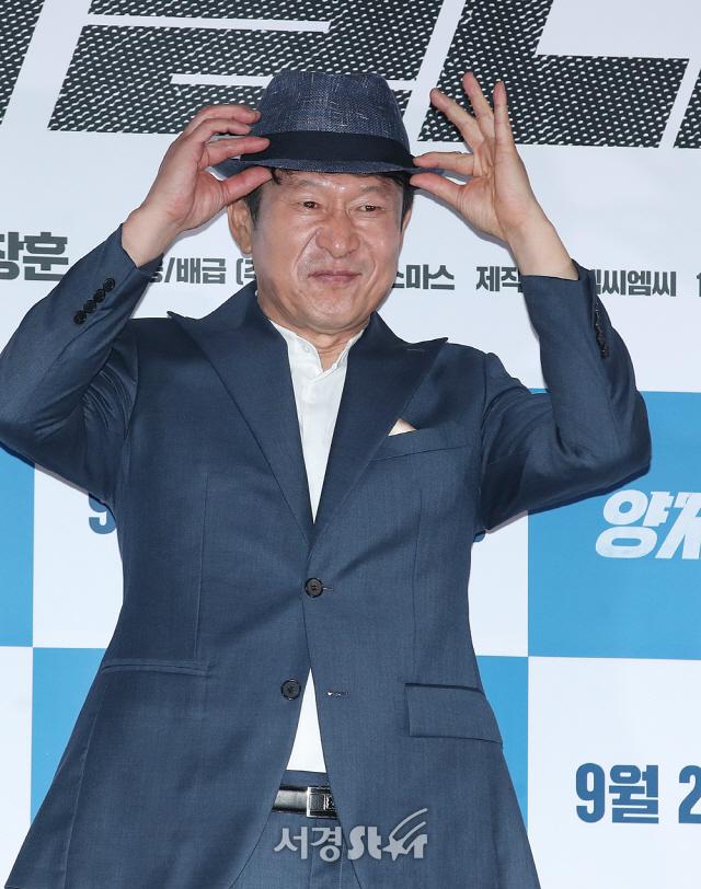 김응수, 중절모 중년의 신사 (양자물리학 언론시사회)