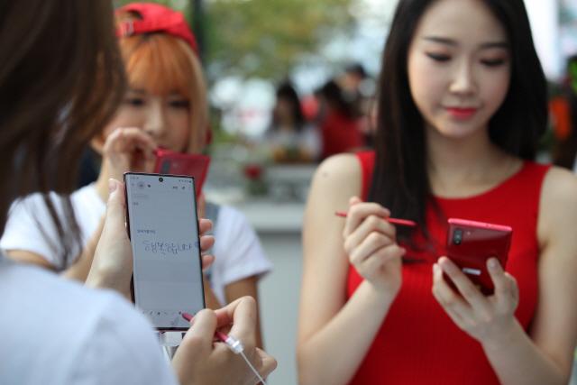 [삼성-애플 스마트폰 大戰]가격 힘뺀 '아이폰11' vs 女心 공략 '갤노트10'