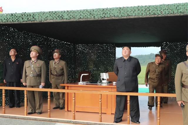 軍 '2발 쐈다' 발표했는데...北 공개 사진엔 3발 쏜 흔적