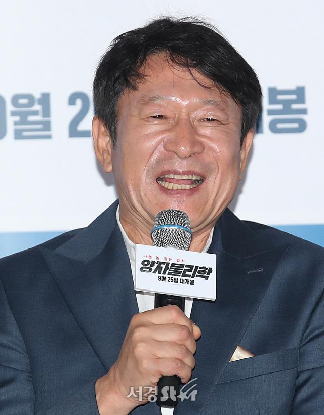 미소 짓는 김응수 (양자물리학 언론시사회)