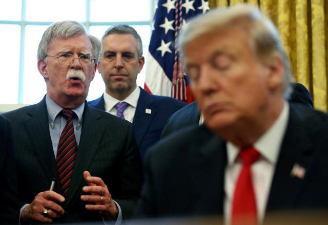 볼턴 때리며 북한에는 손 내미는 트럼프