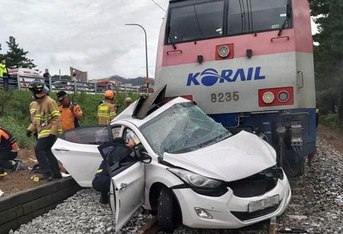 승용차 열차 충돌로 2명 사망…기관사 상대 원인 조사 중