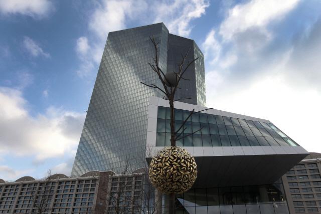 """ECB, 성장률 전망치 낮출 것"""