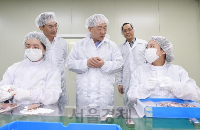 연휴 첫날 남동공단 찾은 홍남기 부총리 '中企 수출 지원 플랫폼 구축 검토'