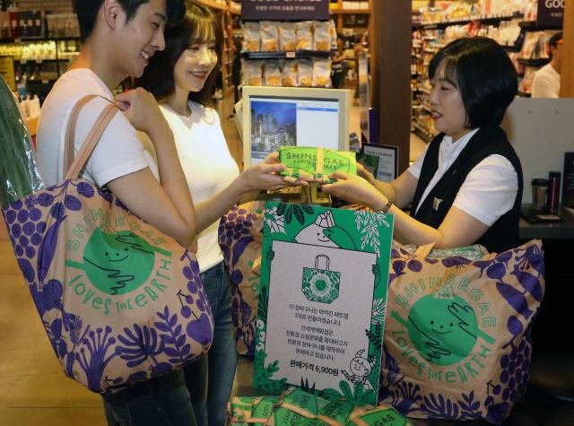脫플라스틱 포장서 유기농 제품까지…백화점 '친환경 쇼핑' 이끈다