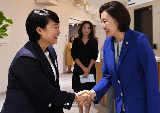 악수하는 박영선 장관-한성숙 네이버 대표