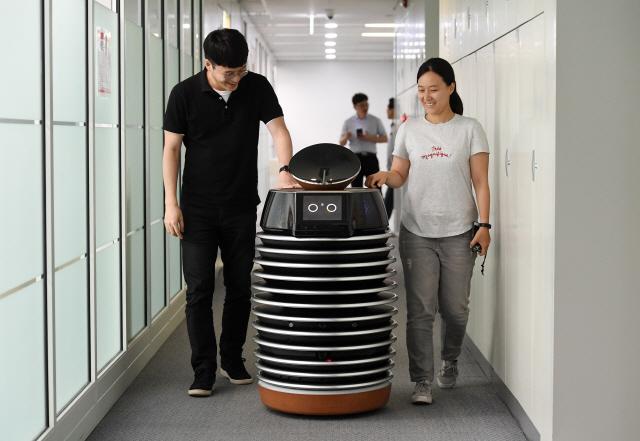 [로봇이 간다]호텔객실 입력하니 알아서 룸서비스…'스타워즈 R2'가 현실로